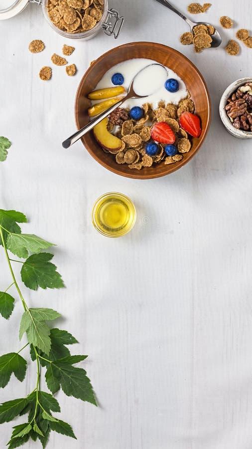 Iogurte de fruto, cereal de café da manhã saudável com fruto, iogurte de fruto, frutos completos, leite, bacia, muesli, grão inte imagens de stock
