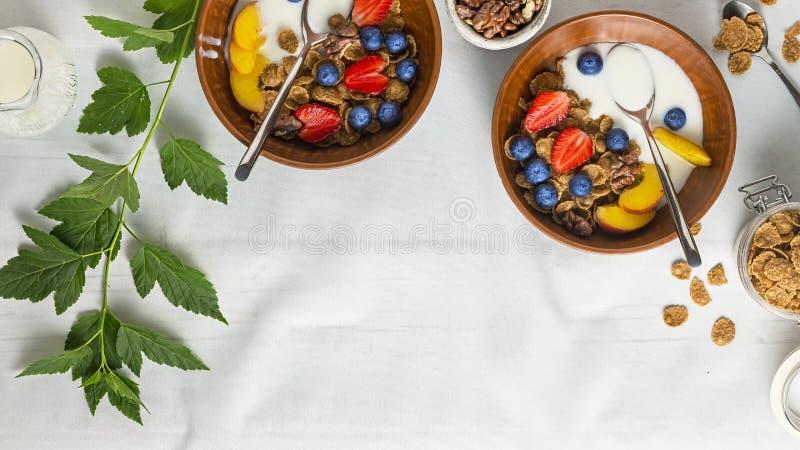 Iogurte de fruto, cereal de café da manhã saudável com fruto, iogurte de fruto, frutos completos, leite, bacia, muesli, grão inte fotos de stock