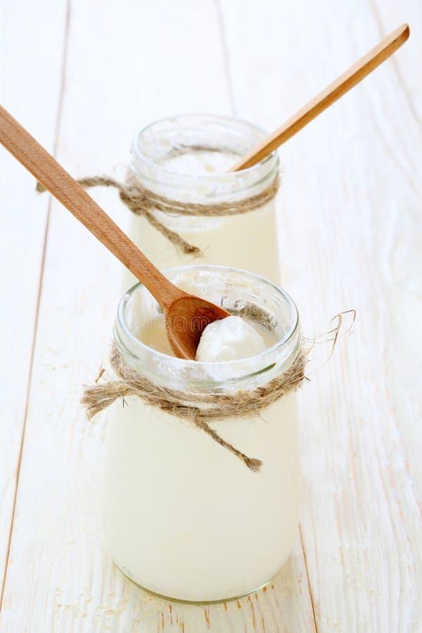 Iogurte do grego de dois frascos imagens de stock royalty free