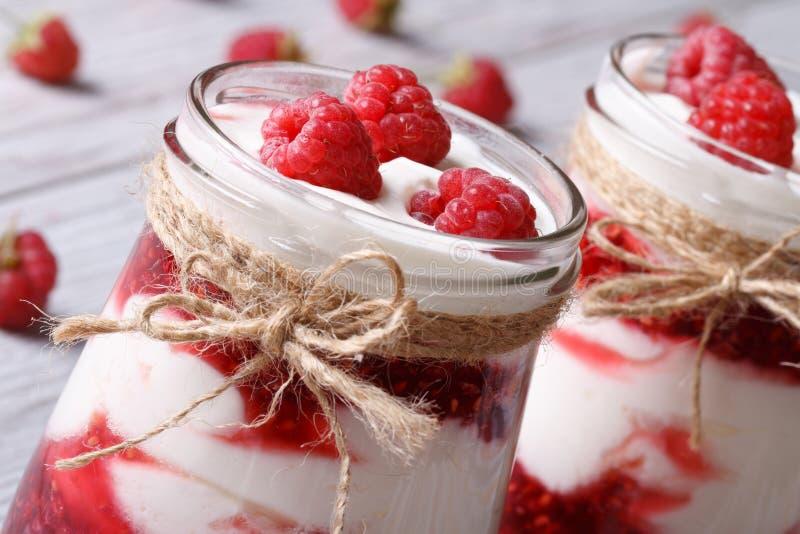 Iogurte fresco da framboesa em um close up de vidro do frasco horizontal fotografia de stock royalty free