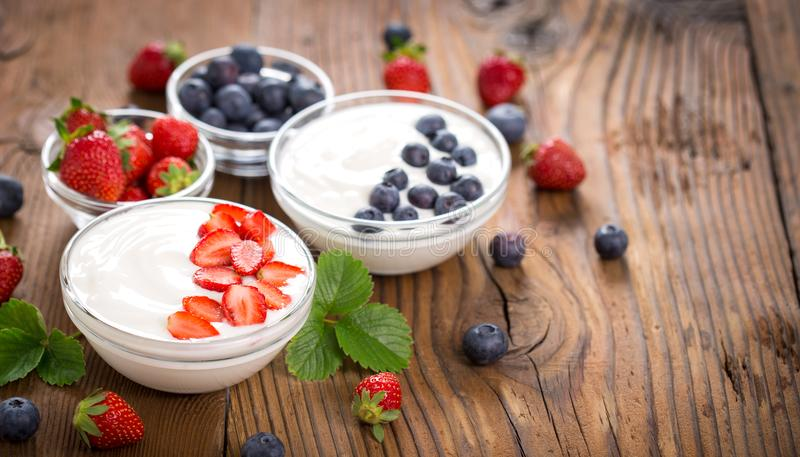 Iogurte fresco do café da manhã saudável com frutos de baga imagens de stock royalty free