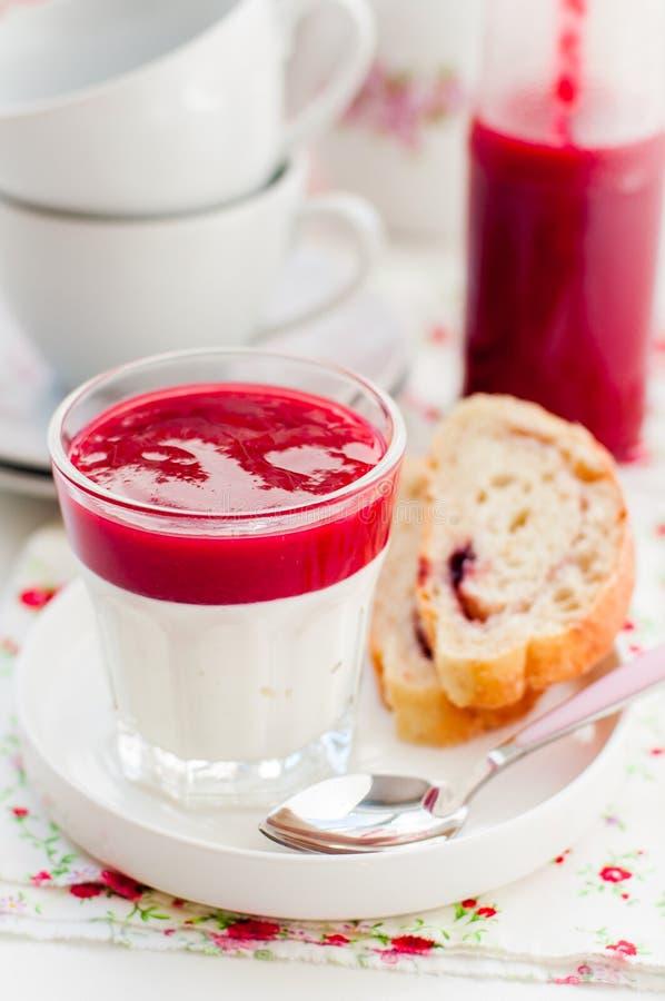 Iogurte grego com Berry Sauce e fatias de pão doce imagens de stock royalty free