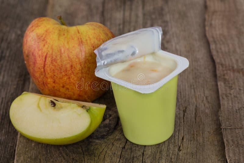 Iogurte na tabela foto de stock royalty free