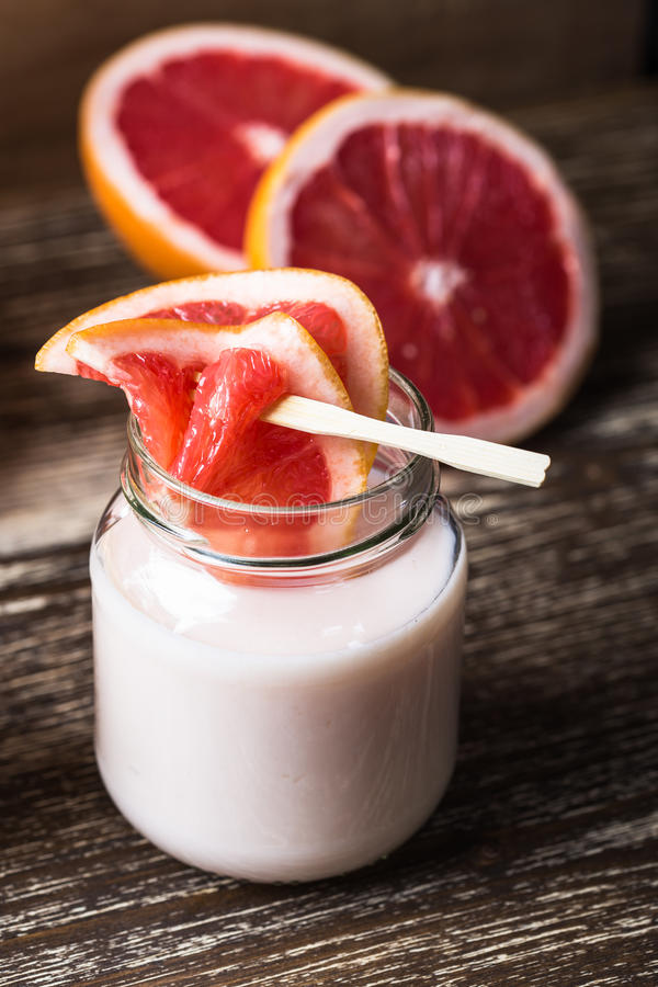 Iogurte orgânico caseiro delicioso foto de stock royalty free