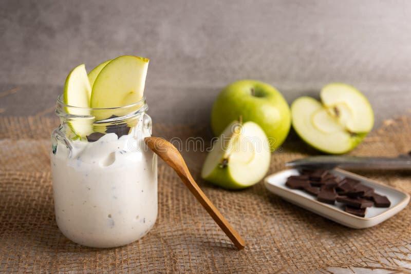 Iogurte orgânico com chocolate e maçã fresca foto de stock