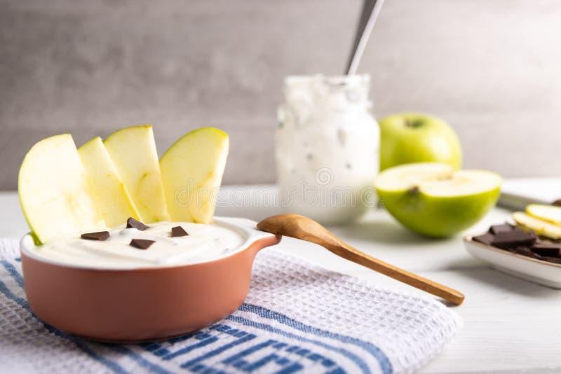 Iogurte orgânico com chocolate e maçã fresca fotografia de stock