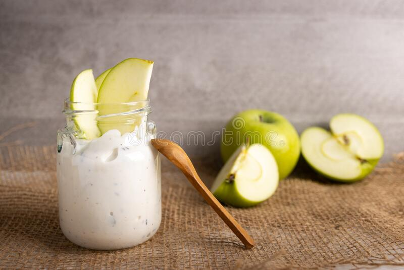 Iogurte orgânico com chocolate e maçã fresca fotos de stock royalty free