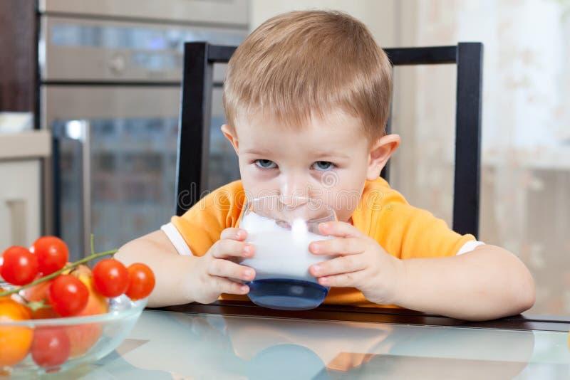 Iogurte ou kefir bebendo da criança imagens de stock