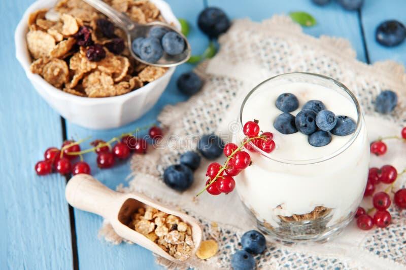 Iogurte saudável com frutos para o café da manhã fotos de stock royalty free