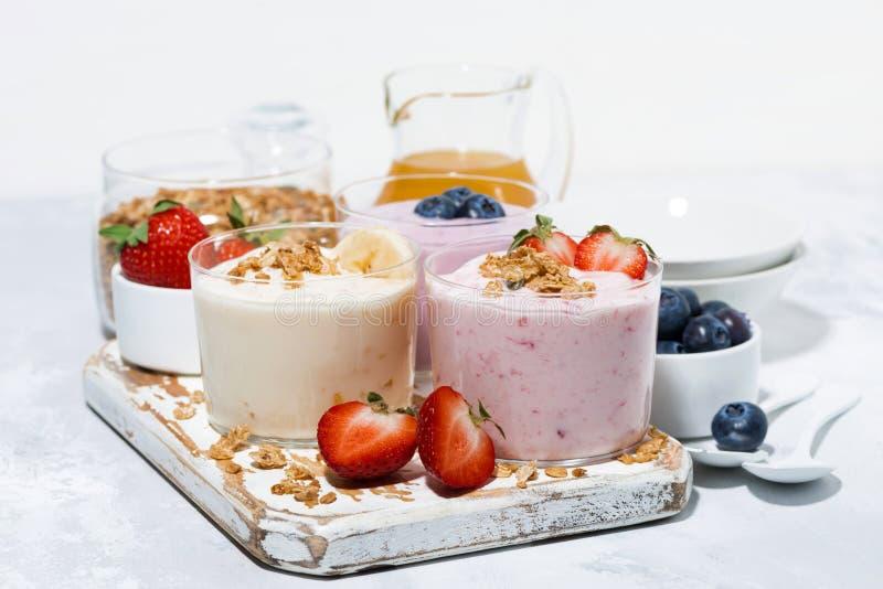 iogurtes doces com fruto e bagas para um café da manhã delicioso foto de stock royalty free