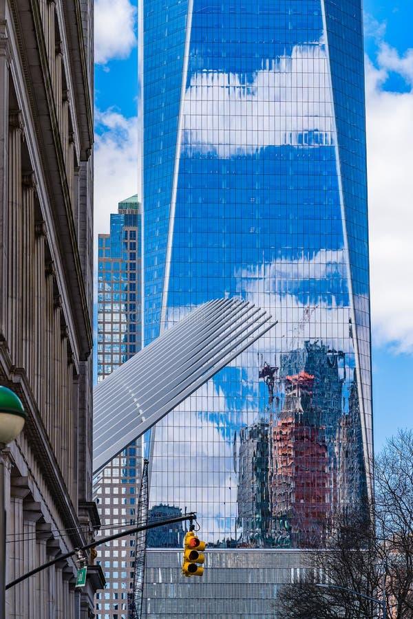 IOne World Trade Center met bezinning van wolken en een bouwkraan in de vensters stock foto