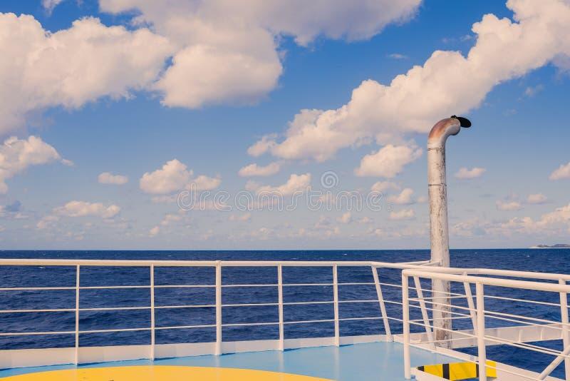 Ionian morza linia horyzontu, breathtaking widok od otwartego pokładu grecki ferryboa obrazy stock