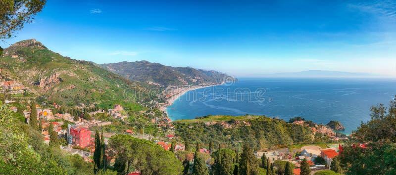 Ionisches Meer und schöne Berge gestalten am hellen Sommertag landschaftlich lizenzfreies stockbild