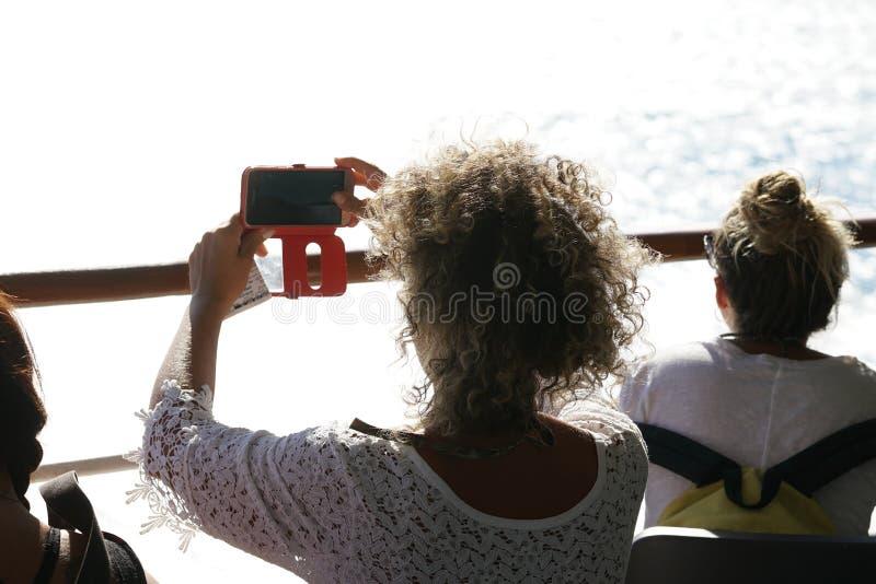 IOS, ГРЕЦИЯ, 18-ОЕ СЕНТЯБРЯ 2018, туристские фотоснимки типичный взгляд моря и скал в Кикладах стоковое изображение