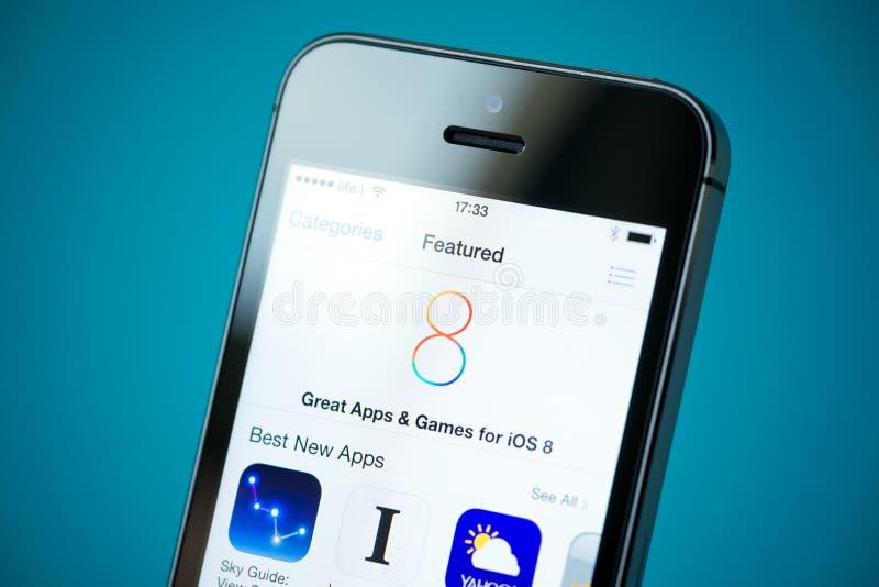 IOS 8 Apps caracterizado no iPhone 5S de Apple fotos de stock royalty free
