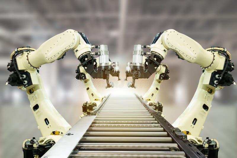 Iot产业4 0个技术概念 使用趋向自动化机器人胳膊的聪明的工厂有在传送带运转中l的部分的 库存照片