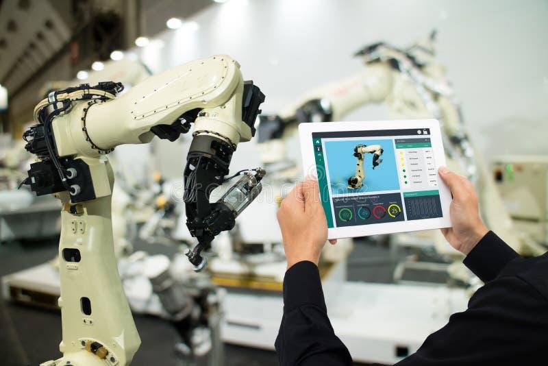 Iot产业4 0个概念,使用软件被增添,在片剂的虚拟现实的工业工程师对监测在真正的t的机器 免版税库存图片