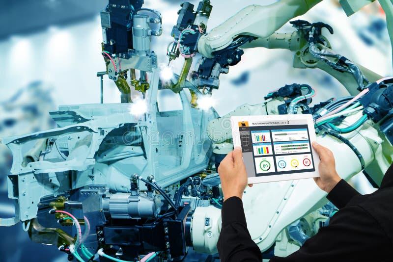 Iot产业4 0个概念,使用软件被增添,在片剂的虚拟现实的工业工程师对监测在真正的t的机器 免版税库存照片