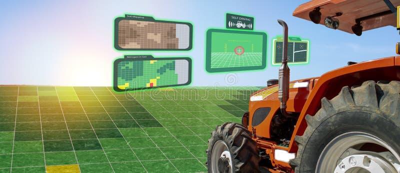 Iot巧妙的产业机器人4 0个农业概念,工业农艺师,使用有自已的农夫自治拖拉机驾驶technolog 免版税图库摄影