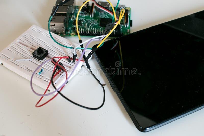 IoT有单板的原型电路被连接到片剂 免版税图库摄影