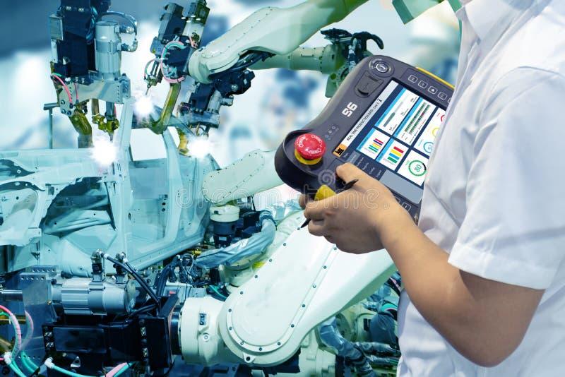Iot聪明的工厂,产业4 0个技术概念,工程师用途控制器机器人在自动化与假sunl的工厂背景中 免版税库存照片
