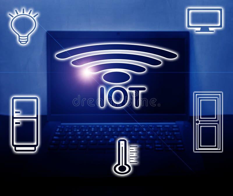 IOT,事互联网在蓝色个人计算机背景的 库存图片