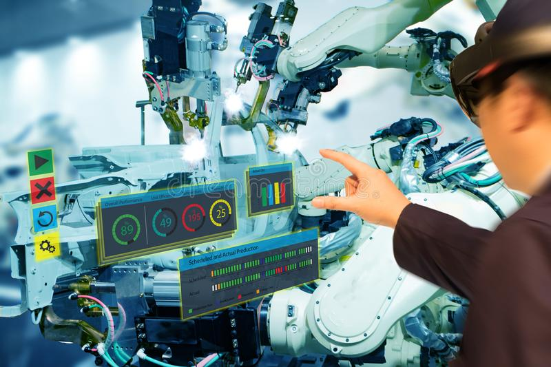 Iot-Industrie 4 0 Konzept, industrielles engineerblurred unter Verwendung der intelligenten Gläser mit vergrößert Misch mit Techn stockfotografie