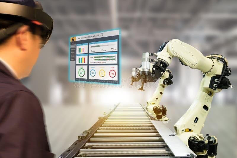Iot-Industrie 4 0 Konzept, industrielles engineerblurred unter Verwendung der intelligenten Gläser mit vergrößert Misch mit Techn lizenzfreies stockbild