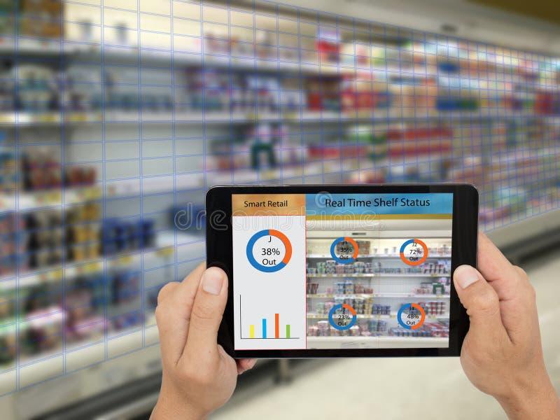 Iot internet av saker, smarta återförsäljnings- begrepp, chef för a-lager_ s kan kontrollera vilka data av realtidsinblickar in i arkivfoton