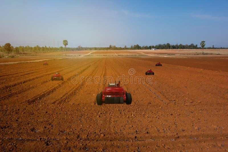 Iot, internet rzeczy, rolnictw pojęcia, Średniorolnego use robota automatyczny asystent pracować w gospodarstwie rolnym, wykrywać zdjęcie stock