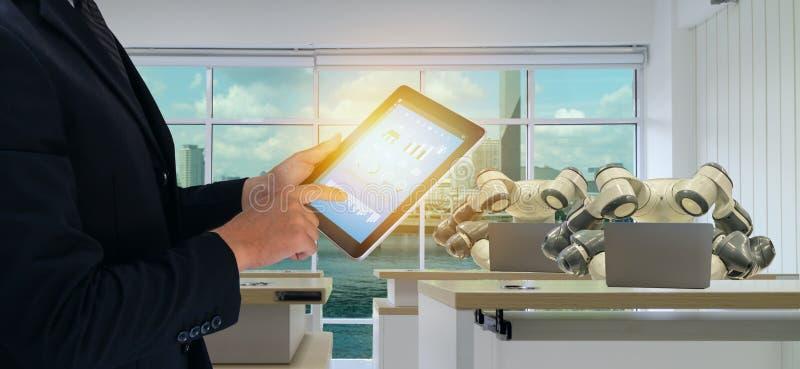 Iot slimme fabriek in de industrie 4 het concept van de 0 robottechnologie, ingenieur die, bedrijfsmens futuristische tablet gebr stock foto
