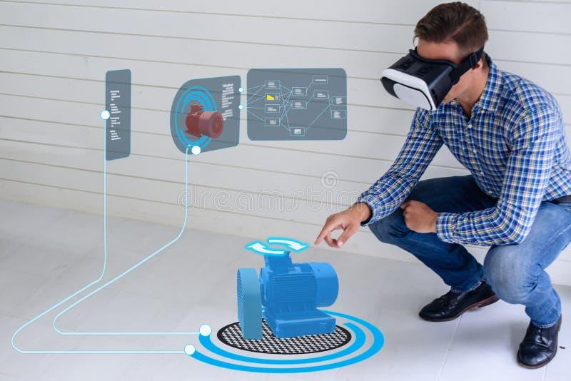 Iot slimme technologie futuristisch in de industrie 4 0 concept, ingenieursgebruik vergrootte gemengde virtuele werkelijkheid aan royalty-vrije stock foto's