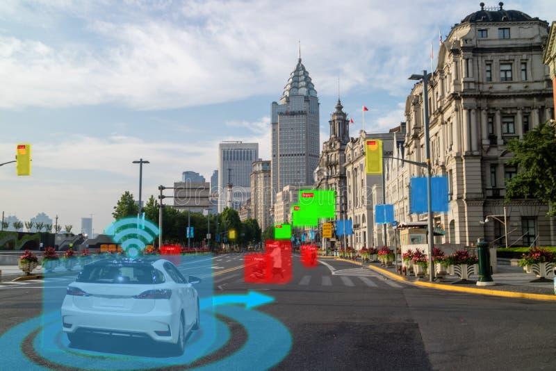 Iot smart automatisk Driverless bil med sammanslutningen för konstgjord intelligens med djup lärande teknologi själven som kör bi arkivbild