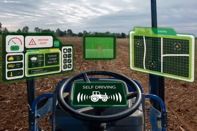 Iot smart branschrobot 4 0 åkerbruka begrepp, industriell agronom, bonde som använder den autonoma traktoren med själven som kör  arkivbild