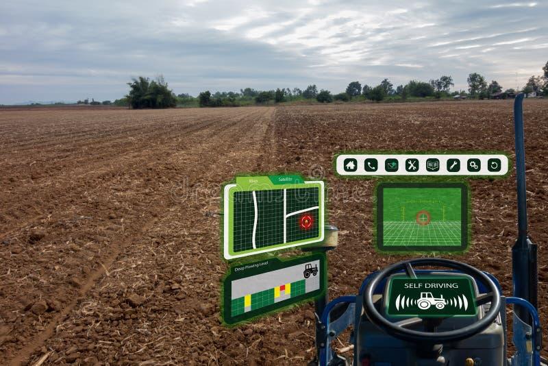 Iot smart branschrobot 4 0 åkerbruka begrepp, industriell agronom, bonde som använder den autonoma traktoren med själven som kör  royaltyfria bilder