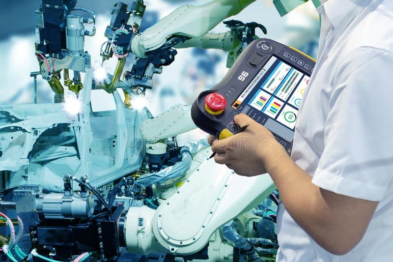 Iot smart fabrik, bransch 4 0 teknologibegrepp, robot för teknikerbrukskontrollant i automationfabriksbakgrund med fejkar sunl royaltyfri foto