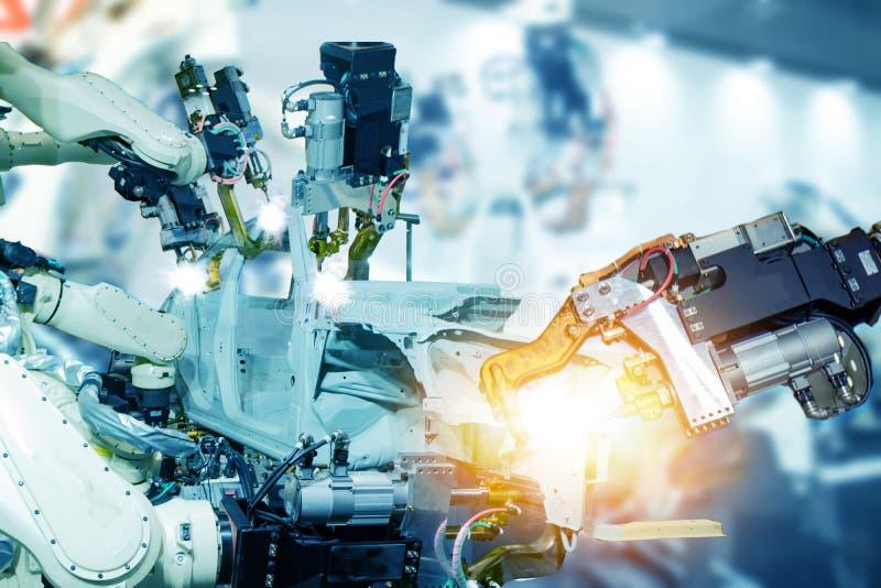 Iot smart fabrik, bransch 4 0 teknologibegrepp, robotarm i automationfabriksbakgrund med fejkar solljus på operationli royaltyfri fotografi