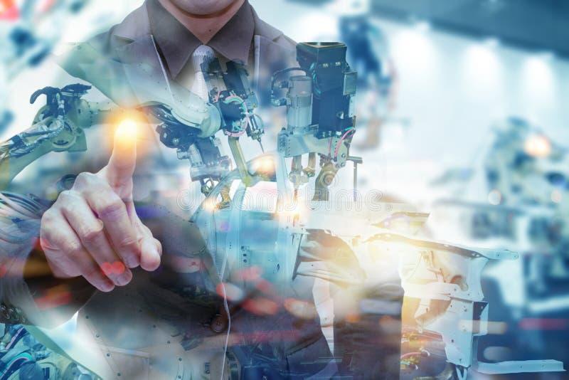 Iot smart fabrik, bransch 4 0 teknologibegrepp, teknikerpunkthand med roboten i automationfabriksbakgrund med fejkar solen arkivbild