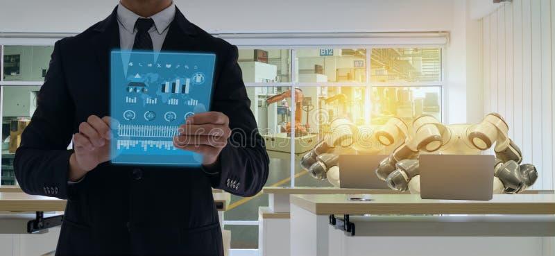 Iot smart fabrik i bransch 4 0 robotteknologibegrepp, tekniker, affärsman som använder den futuristiska minnestavlan för att kont arkivfoton
