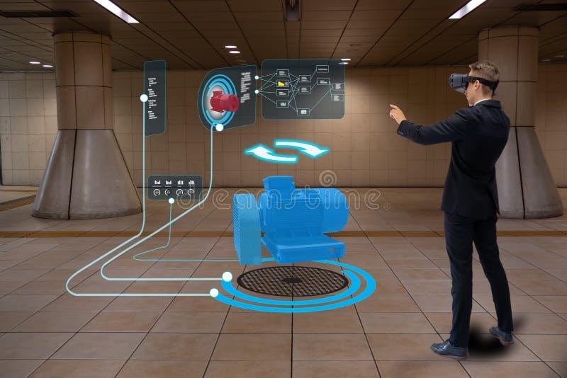 Iot smart teknologi som är futuristisk i bransch 4 0 begrepp, teknikerbruk ökade blandad virtuell verklighet till utbildning och  arkivbilder