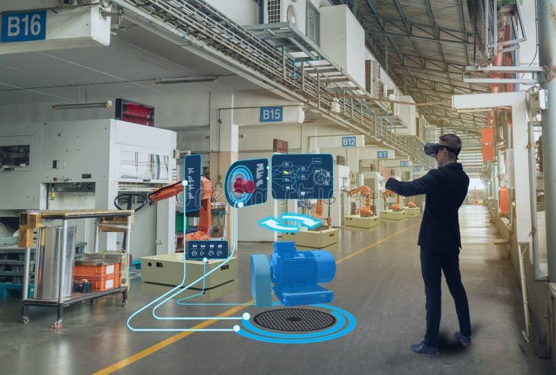 Iot smart teknologi som är futuristisk i bransch 4 0 begrepp, teknikerbruk ökade blandad virtuell verklighet till utbildning och  arkivbild