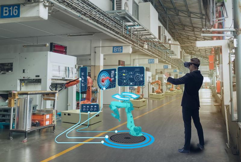 Iot smart teknologi som är futuristisk i bransch 4 0 begrepp, teknikerbruk ökade blandad virtuell verklighet till utbildning och  royaltyfri fotografi