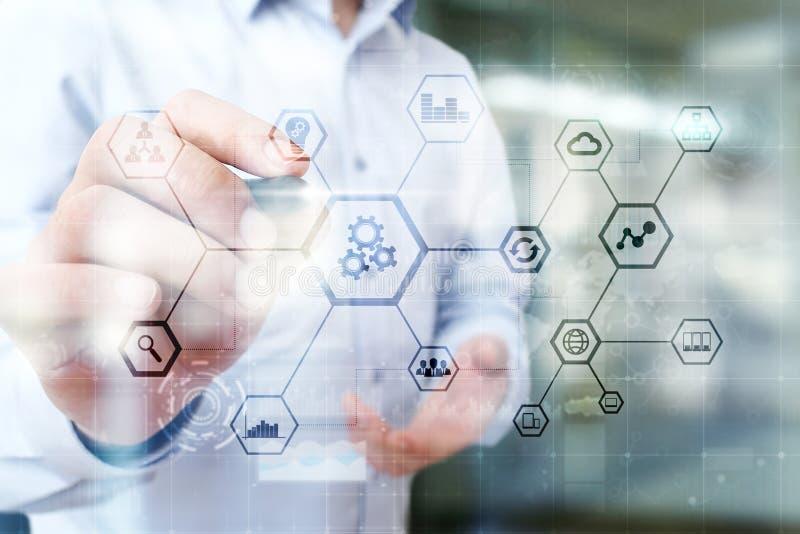 IOT y concepto de la automatización como innovación, mejorando productividad, confiabilidad en tecnología y procesos de negocio imágenes de archivo libres de regalías