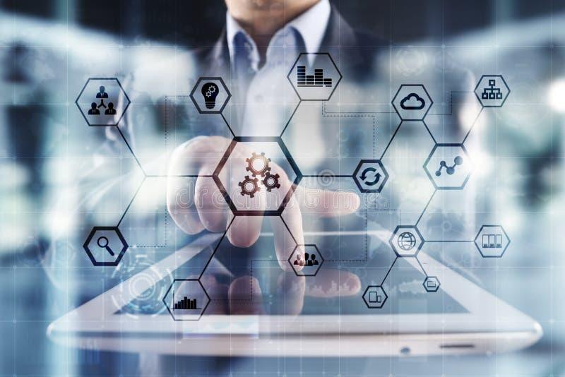 IOT y concepto de la automatización como innovación, mejorando productividad, confiabilidad en tecnología y procesos de negocio fotos de archivo