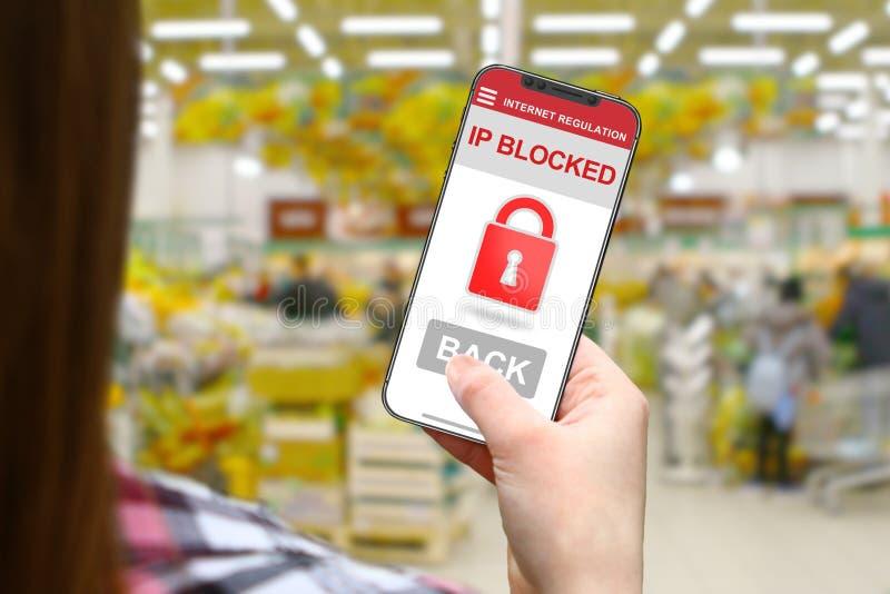 IP blockerade idén, flicka med den frameless telefonen på suddigt shoppar bakgrund fotografering för bildbyråer