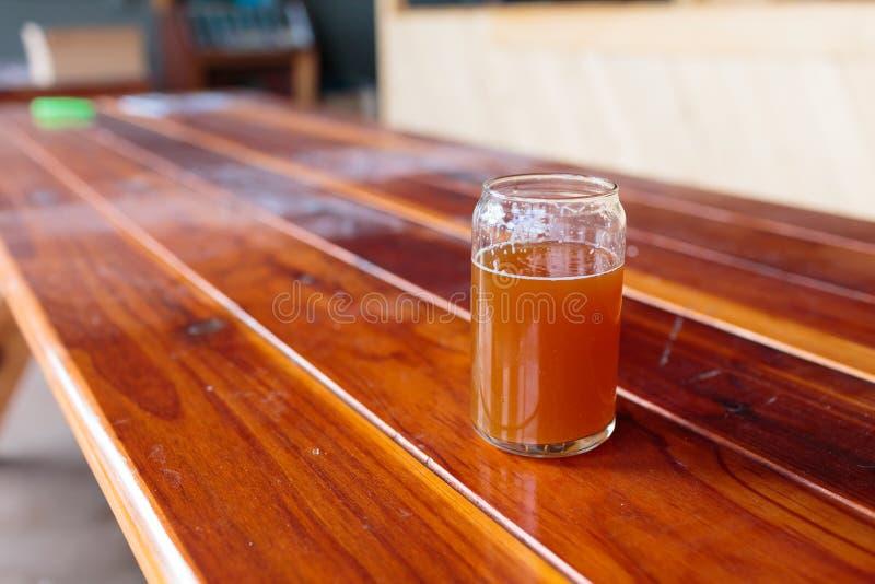IPA szkło na drewno stole obraz stock