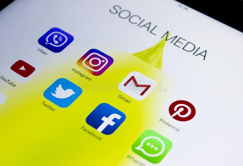 IPad Яблока Pro с значками социальных средств массовой информации на экране Уклад жизни планшета Начинать социальные средства мас стоковые изображения