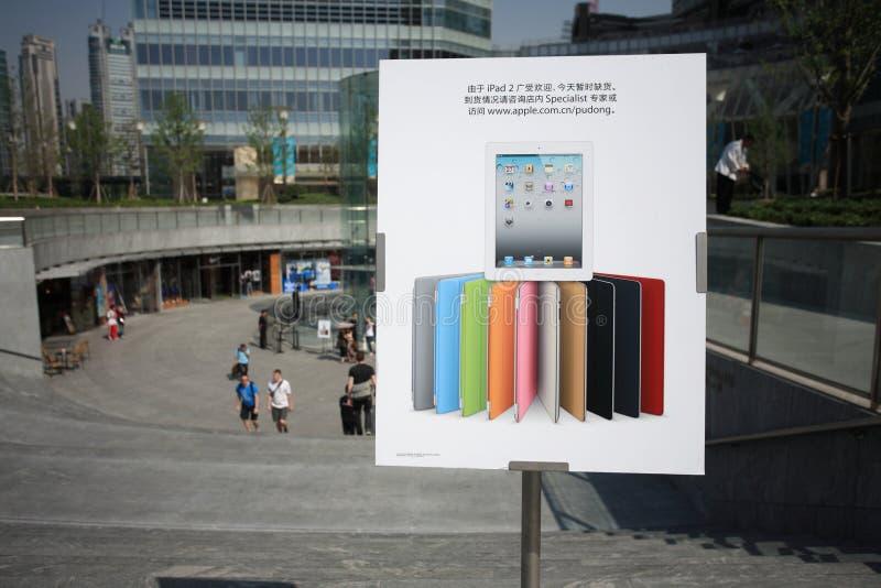 Ipad 2 ist heraus - von - Ablage lizenzfreie stockfotos