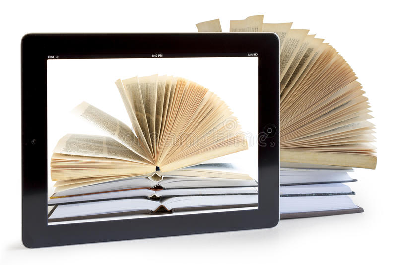 Ipad 3 με την ανασκόπηση βιβλίων στα ανοιγμένα βιβλία στοκ φωτογραφία με δικαίωμα ελεύθερης χρήσης