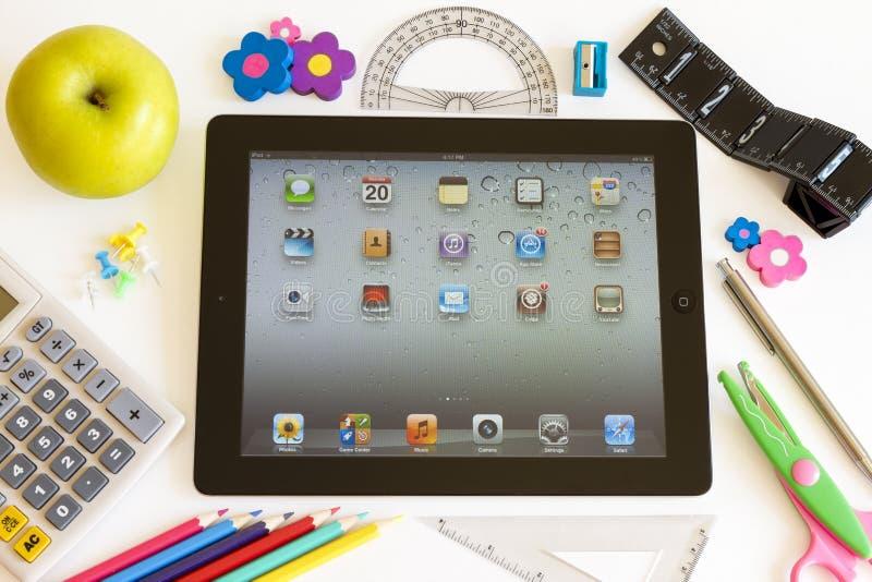 Ipad 3 с вспомогательным оборудованием школы стоковое изображение rf